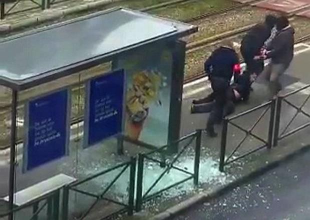 La policía se lleva al sospechoso herido en el barrio de Schaerbeek, en Bruselas. (Agencias)