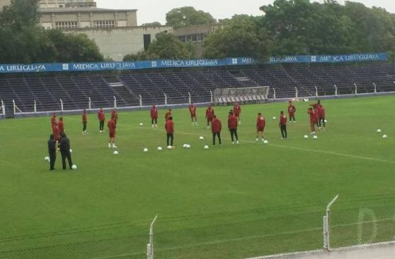 Selección peruana entrenó bajo la lluvia en Montevideo [FOTOS]