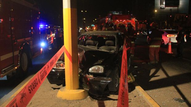 El accidente fue esta noche en Santiago de Surco. (Foto: Germán Falcón / El Comercio)
