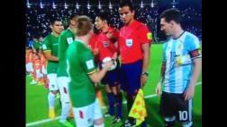 Messi en aprietos con boliviano durante himno argentino [VIDEO]