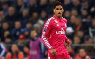 Baja en el Real Madrid: Varane se perdería el derbi por lesión