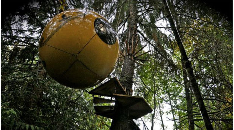 Free Spirit Spheres, Canadá. Dormir en un esfera suspendida en un árbol es lo que ofrece este hotel en la isla de Vancouver. Las esferas hechas de cedro y fibra de vidrio, cuentan con una cama y forman parte de la vegetación del bosque. Pasar la noche aquí tiene un costo de US4.(Foto: Adam Clarke)