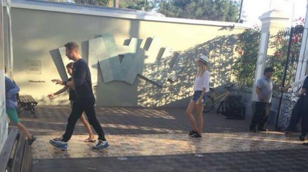 Chris Martin, Gwyneth Paltrow y sus hijos en el MATE. (Foto: Twitter)