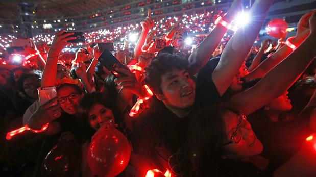 Las xylobands, pulseras luminosas que se entregan a los fans de Coldplay para un efecto visual del espectáculo. (Foto: Dante Piaggio/ El Comercio)