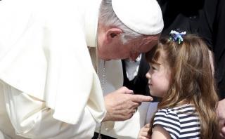 Papa Francisco cumple deseo a niña que se quedará ciega [VIDEO]