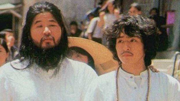 Uno de los discípulos de Asahara, Yoshihiro Inoue (derecha), fue condenado a cadena perpetua. (Foto: AP)