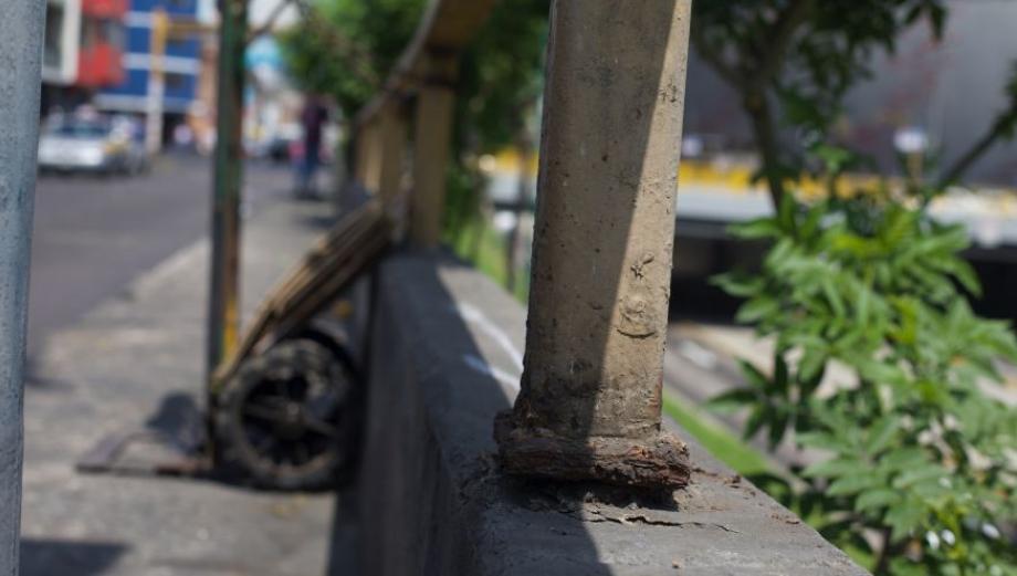 Vía Expresa: barandas que ponen en peligro a peatones [FOTOS]