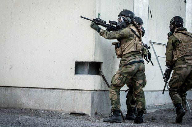Solo alguna trenza que se asoma por debajo del casco las delata como mujeres... (Foto: Fuerzas Especiales de Noruega)