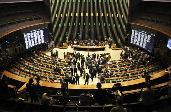 Brasil: Acalorado debate entre defensores y opositores de Dilma