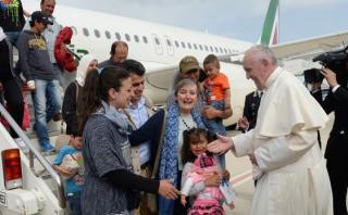 El Papa visitó Lesbos y se llevó 12 refugiados sirios a Roma