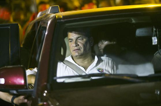 Correa recorre zonas devastadas por el terremoto de 7,8 grados
