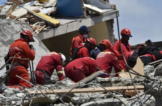 Los bomberos peruanos que buscan sobrevivientes en Ecuador