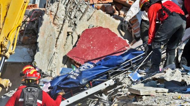 Rescatistas en Ecuador retiran cadáver de un edificio devastado por el terremoto de 7,8 grados en la ciudad de Manta. (Foto: AFP)