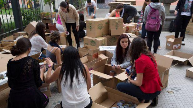 Alumnos de la Universidad San Francisco de Quito ayudaron en las labores de recolección de ayuda.