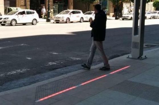 Alemania: Semáforos en el suelo para peatones con celular