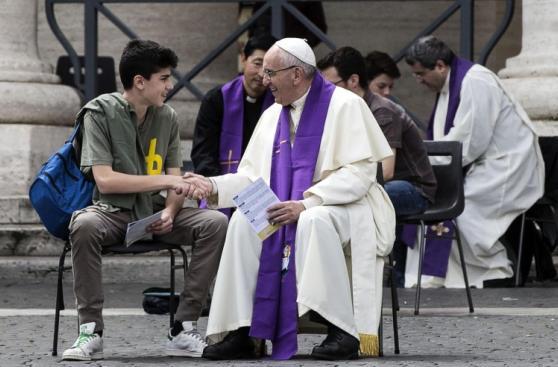 El papa Francisco confesó a jóvenes en la Plaza de San Pedro
