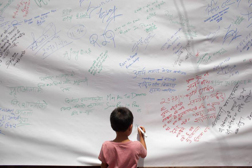 A un año del terremoto, Nepal recuerda a las 9.000 víctimas