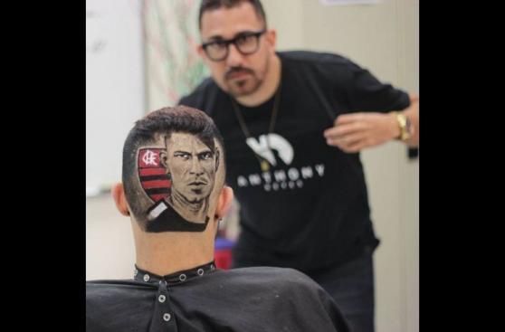 Paolo Guerrero: barbero se inspiró en el goleador de Flamengo