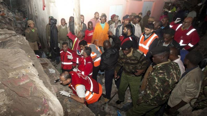 Se derrumbó por inundaciones la noche del viernes en Nairobi, anunció la Cruz Roja de Kenia.(AP/Sayyid Abdul Azim)