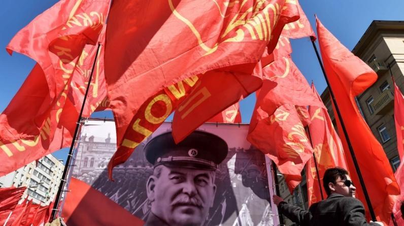 La Plaza Roja de Moscú, Rusia, lucía abarrotada por banderolas con el rostro del líder soviético Joseph Stalin por el Día del Trabajador. (Foto: AFP)