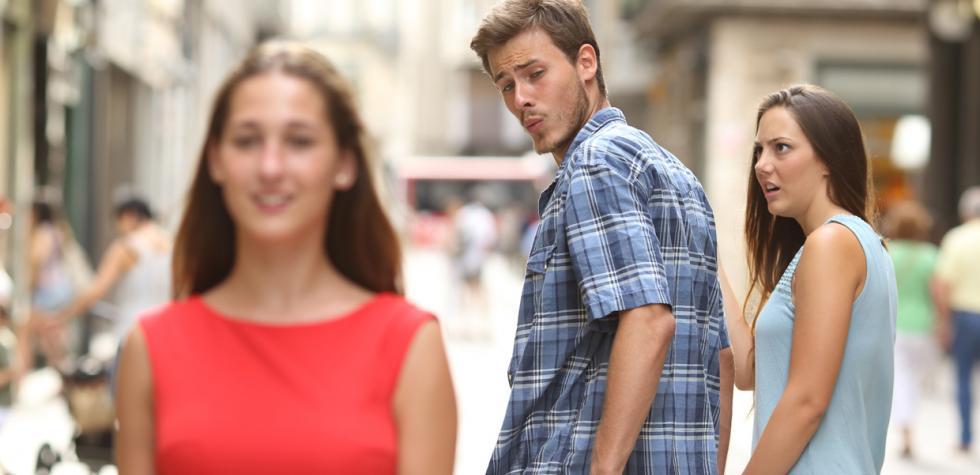 Por qué tu novio mira a otras, según la ciencia