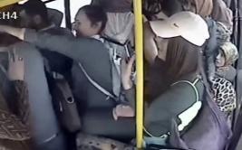 Pasajeras de bus golpearon a sujeto por gesto obsceno [VIDEO]