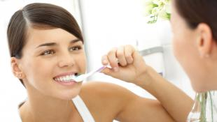 ¿Por qué te sangran las encías y cómo puedes evitarlo?