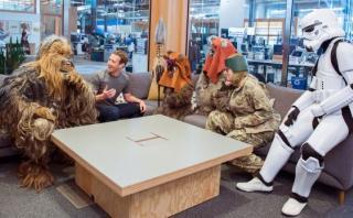 Zuckerberg festeja día de 'Star Wars' con los ewoks y Chewbacca