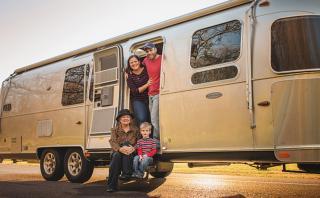 Lo vendieron todo y ahora cumplen su sueño: Viajar por EE.UU