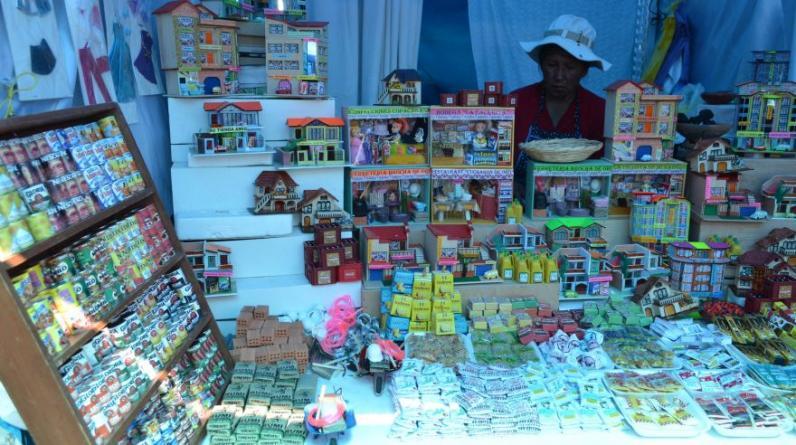 Los productos en miniatura adquiridos en la feria de Alasitas son llevados la capilla del Señor de Bellavista, para ser bendecidos con agua bendita. (Foto: Carlos Fernández)
