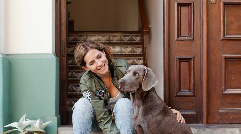 Denise Arregui con Mango, su cachorro engreído de siete meses. (Foto: Javier García-Rosell)