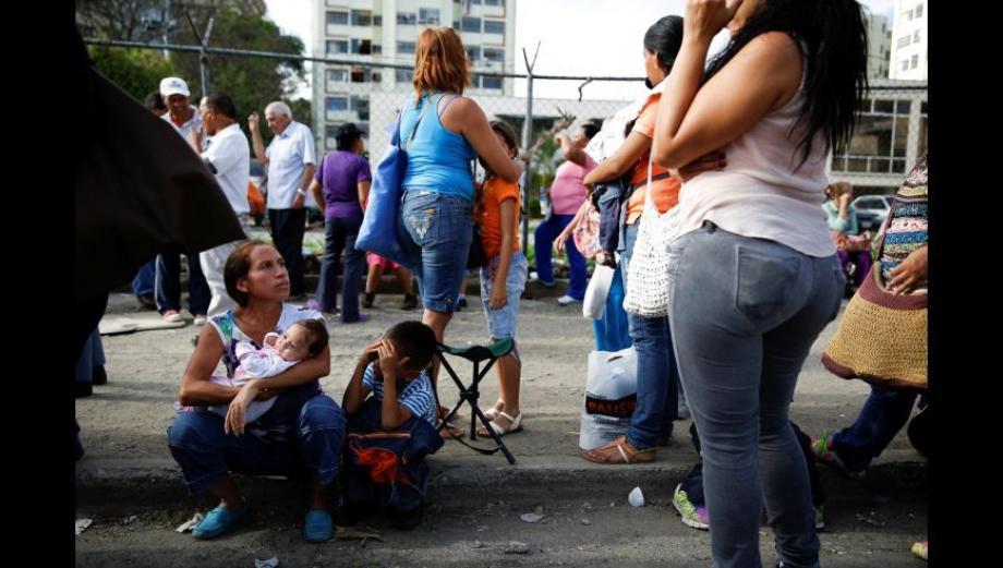 """""""Queremos comida"""", reclaman los venezolanos en las colas"""