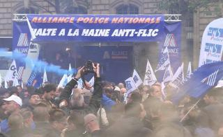 """Francia: Policías protestan contra el """"odio"""" en su contra"""