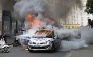 Así incendiaron patrullero durante protesta en París [VIDEO]