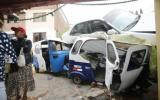 Chorrillos: auto aplastó dos mototaxis tras caer sobre vivienda
