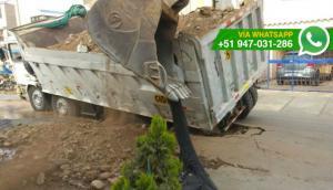 Ate: camión con material de construcción se hundió en pista