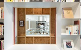 Original construcción mezcla una biblioteca con una pastelería