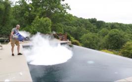 Esto ocurre al tirar 13 kilos de hielo seco en una piscina