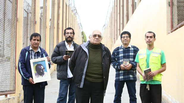 En el 2014, Oswaldo Reynoso visitó el penal de Aucallama, en Huaral, donde leyó fragmentos de su obra a los internos. (Foto: Alessandro Currarino/ El Comercio)