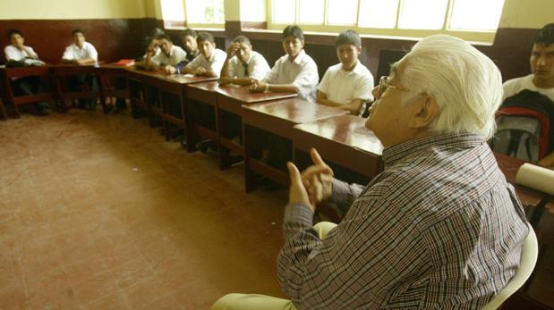 El escritor participó en proyectos como Recreo, que busca promover la lectura en los colegios públicos. (Foto: Nancy Chappell/ El Comercio)