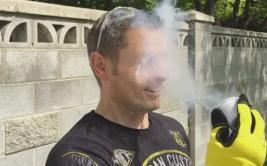 Esto sucede si echas nitrógeno líquido a tu rostro [VIDEO]