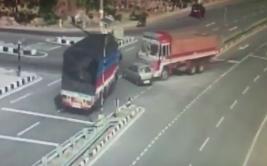 Un carro fue aplastado por 2 camiones en la India [VIDEO]