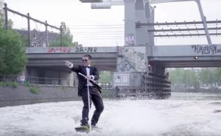 Un hombre esquió por los canales de Ámsterdam en terno