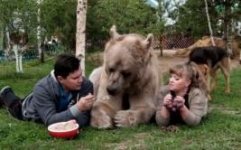 Oso gigante se convierte en parte de una familia rusa [VIDEO]