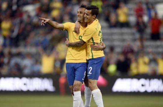 Brasil con Kaká en el campo de juego derrotó 2-0 a Panamá
