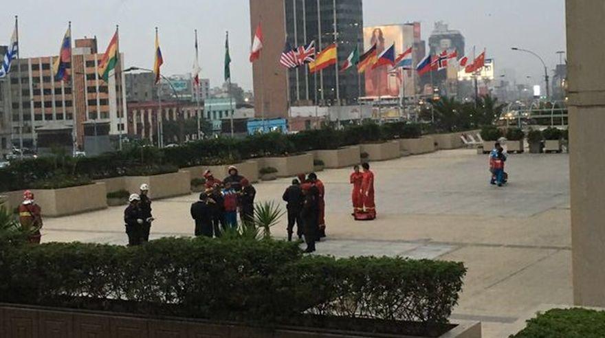 Policías y bomberos en la mezanine del Hotel Sheraton, al lado del cadáver de la joven. (Twitter: @Marie_MJwhore)