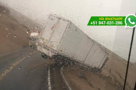 Pasamayo: camión quedó al filo del abismo del Serpentín