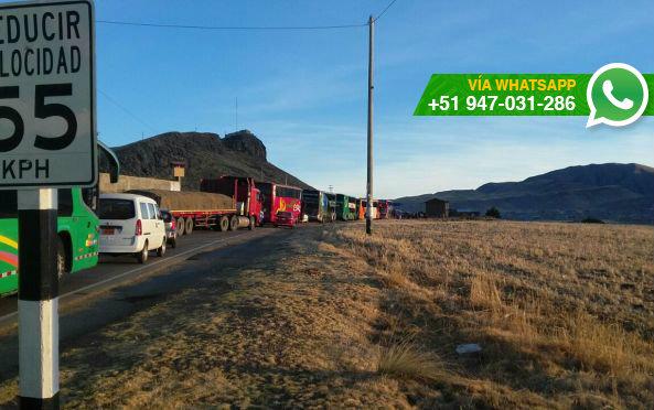 Vehículos varados en carreteras que unen Puno con otras regiones (Foto: WhatsApp El Comercio)