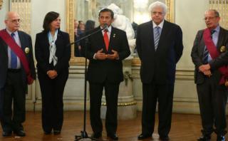 Humala condecoró a juristas del equipo peruano en La Haya