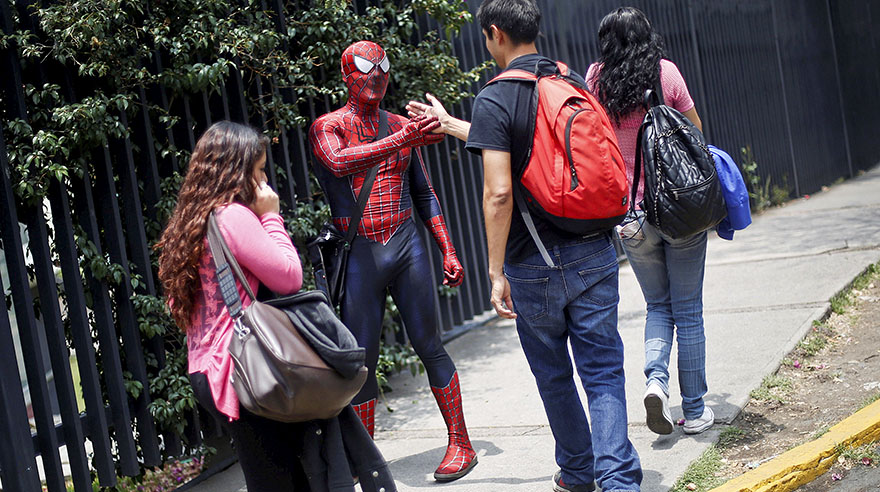 El Hombre Araña enseña ciencias en México